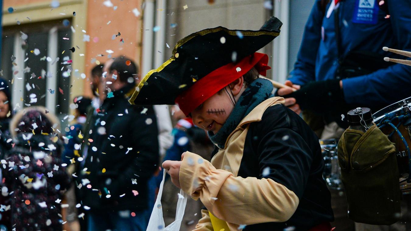 Les enfants ont participé avec délectation au défilé ! Toujours amusant de lancer des confettis  !