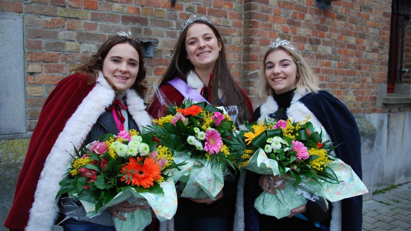 Alice Moreau (au centre), reine du carnaval, entourée de Lucille Coyot (à gauche), première dauphine, et Célia Christiaens (à droite), deuxième dauphine.