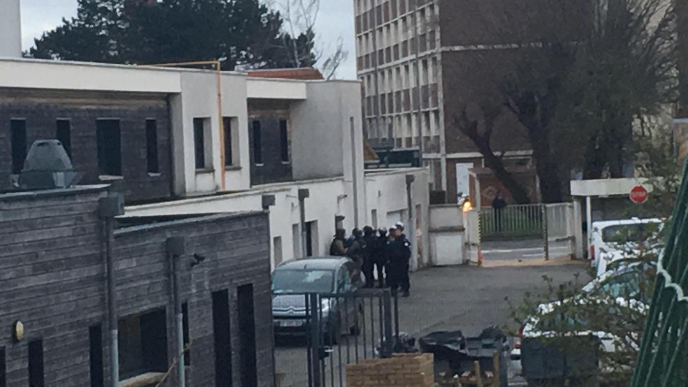 Les faits ont débuté dans un foyer à Calais et se sont poursuivis jusqu'à Boulogne-sur-Mer, où l'individu a pu être interpellé en gare.