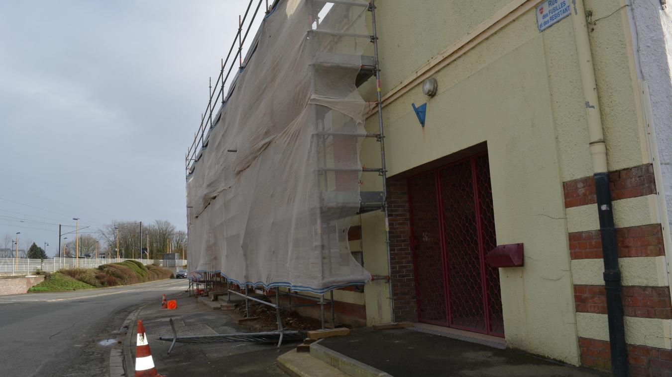 La façade a pour décor ce que l'on appelle le rouge-barre. Un appareillage de pierres blanches  et de briques liées à la chaux.