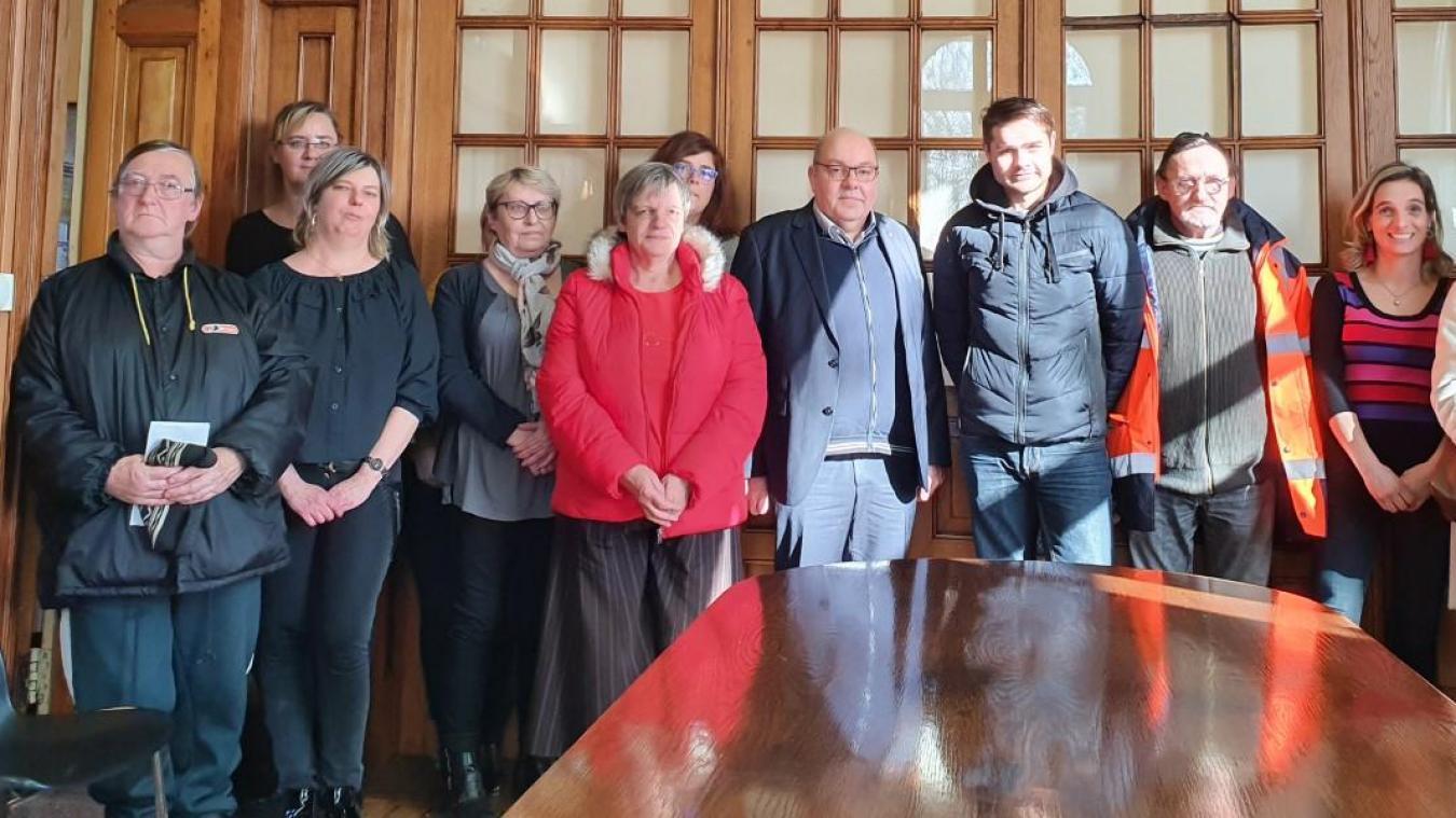 Jean-Michel Dupont, maire de Douvrin, entouré de membres du CCAS et de quelques bénéficiaires.