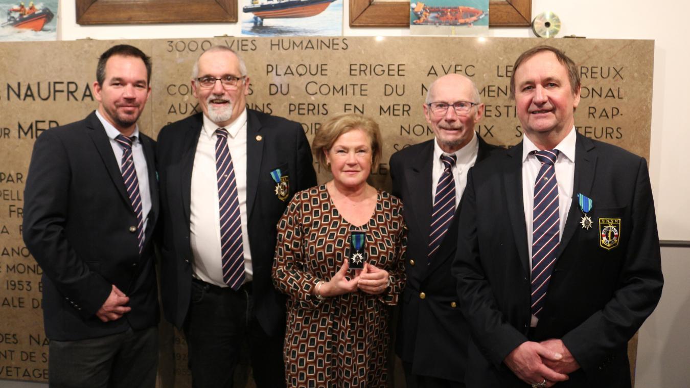 Michel Pochet (premier à droite) et Daniel Fabreg (deuxième en partant de la gauche) se sont vus décerner la médaille du mérite maritime, tout comme Philippe Lardé, décédé en novembre dernier.