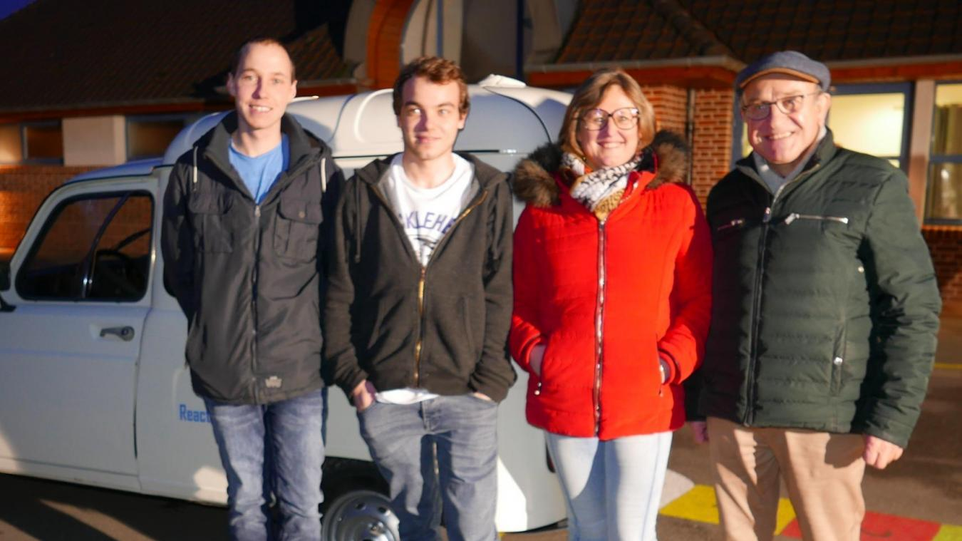 Les maires de Sercus et Ebblinghem sont venus encourager les jeunes baroudeurs lors de la présentation de la 4L.