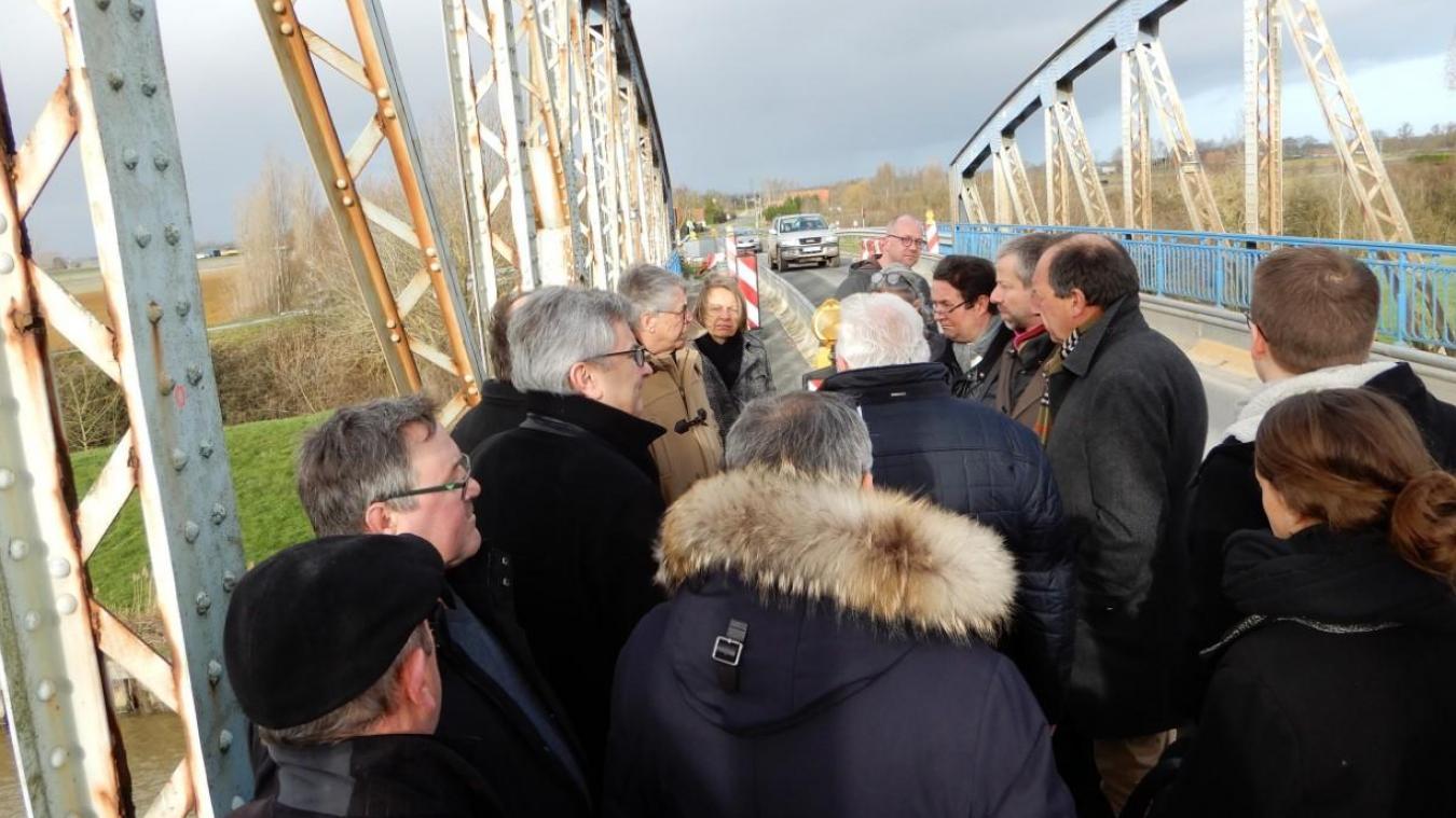 Les élus se sont retrouvés sur le pont pour en constater l'état et évoquer de possibles solutions.
