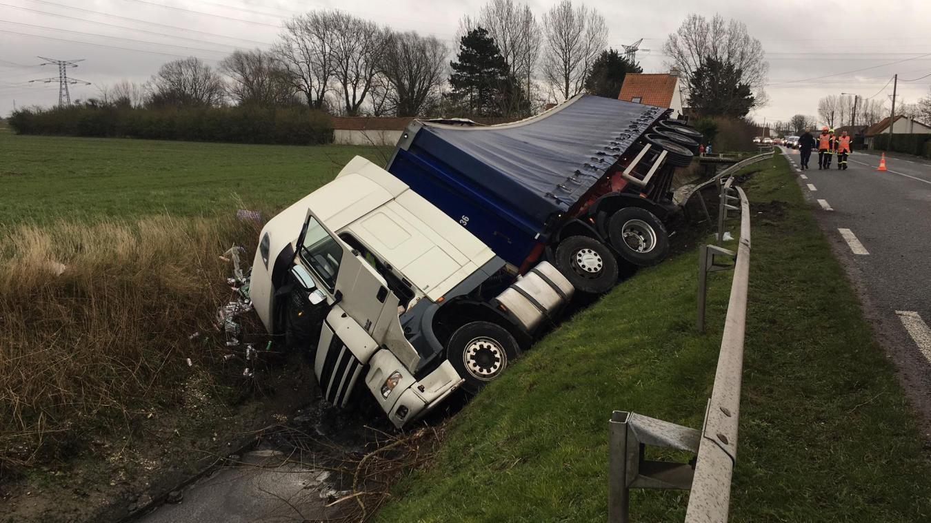 Un camion transportant des canettes de bière se renverse (vidéo)