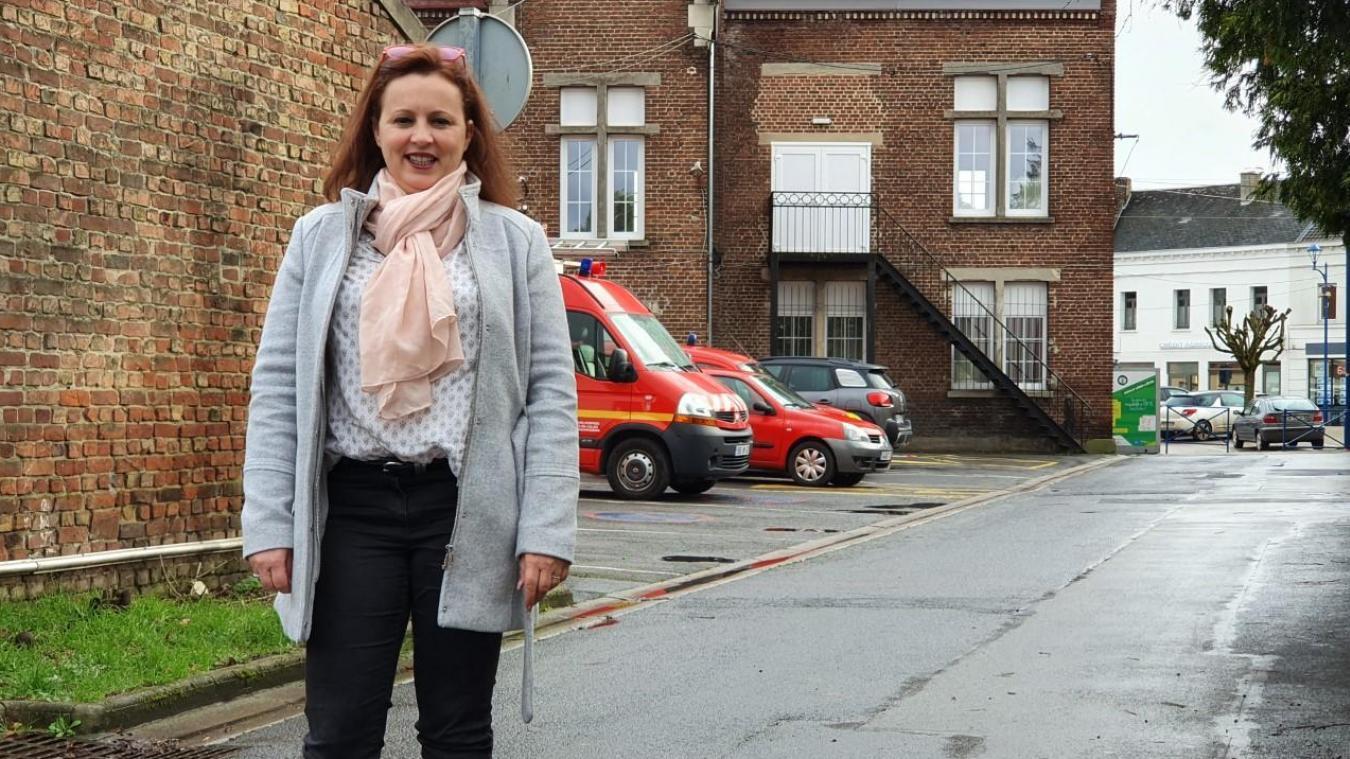 Karine Garot proche de la caserne des sapeurs-pompiers, un lieu qui lui tient à cœur.