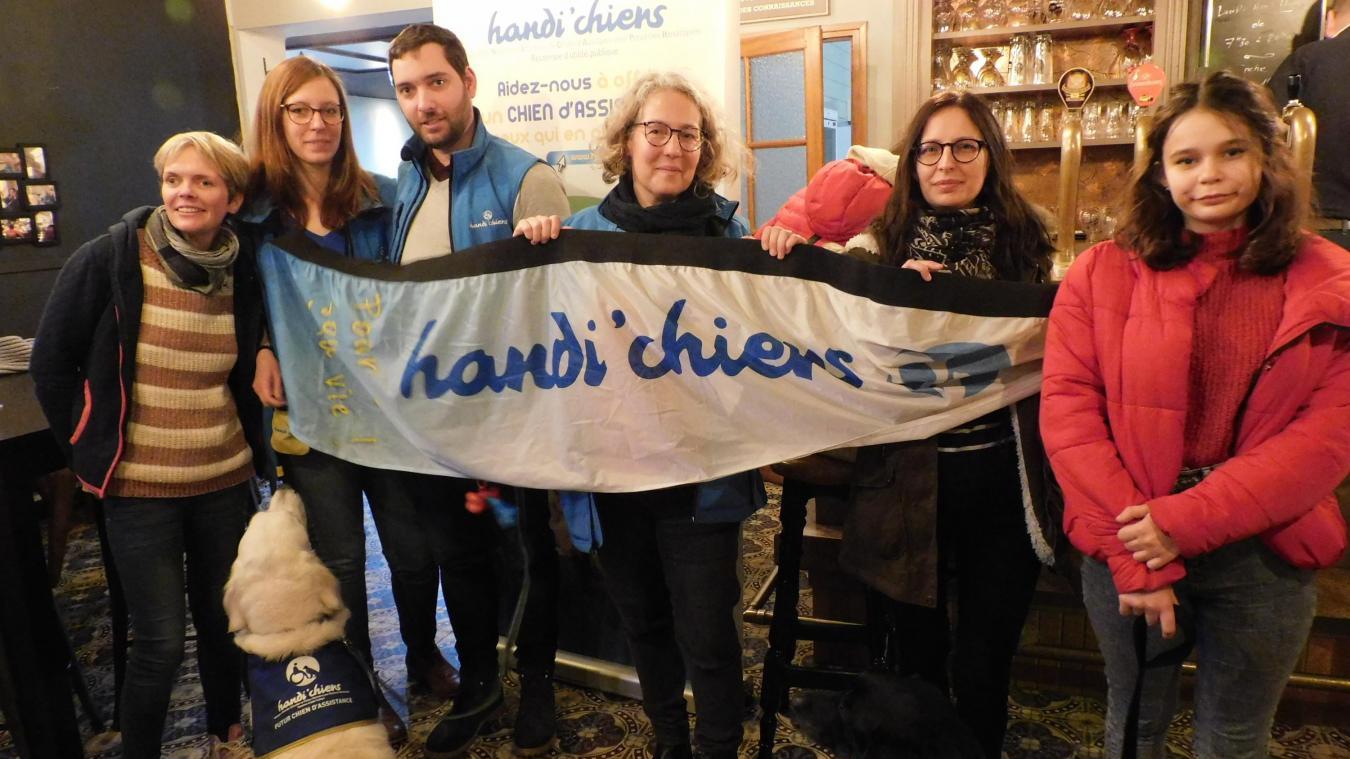 L'association Handi'chiens a reçu un formidable accueil au café de la Gare où elle a pu se présenter.