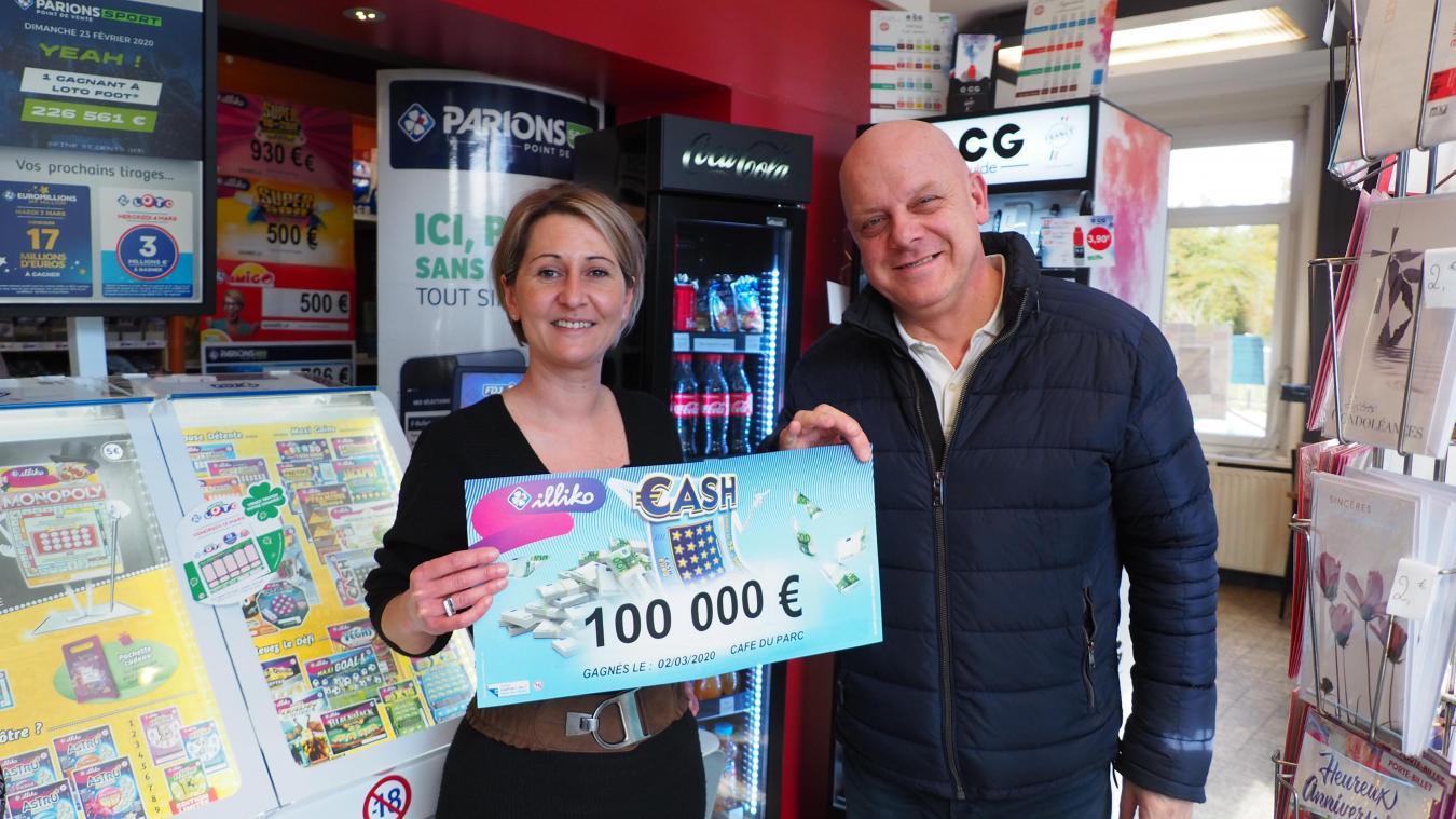 Vanessa Liévin, ici avec Pascal, de la Française des Jeux, qui lui a remis la plaquette des 100 000 euros gagnés au café du Parc.