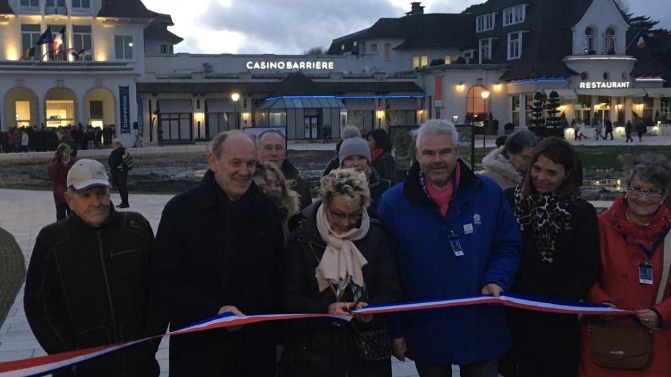 Le maire du Touquet Lilyane Lussignol a coupé le ruban inaugural du nouveau Palais des Congrès ce samedi 28 février, mettant fin à près de 20 mois de travaux.