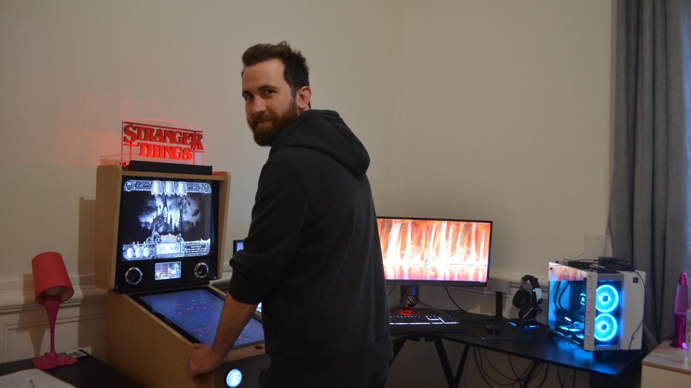 Fabrice Bigand est un geek plus particulièrement un gamer. Il adore jouer et il vient de se lancer dans un défi fou : fabriquer un flipper  !