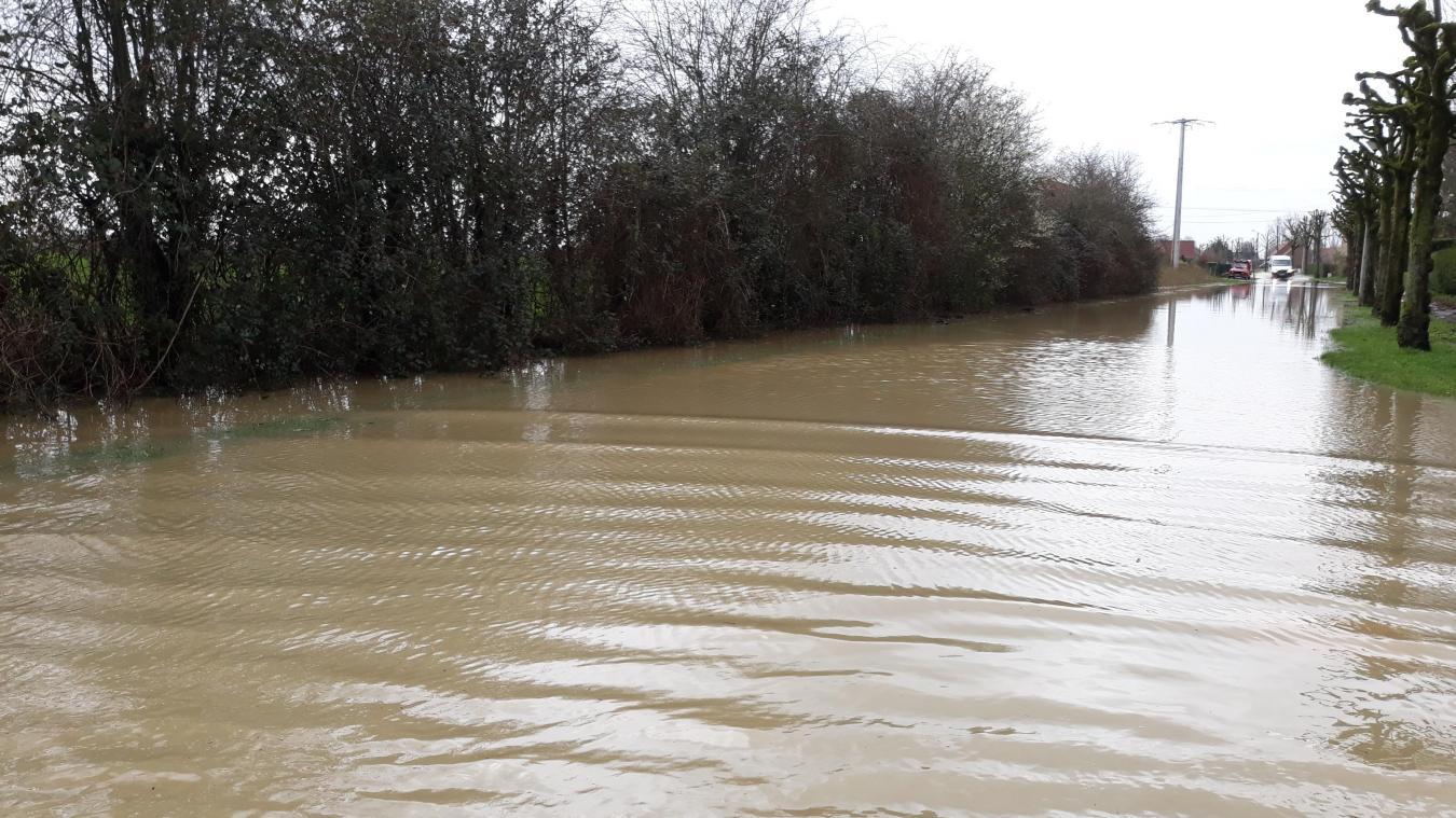 Plusieurs axes menant à Steenwerck sont coupés en raison des inondations.