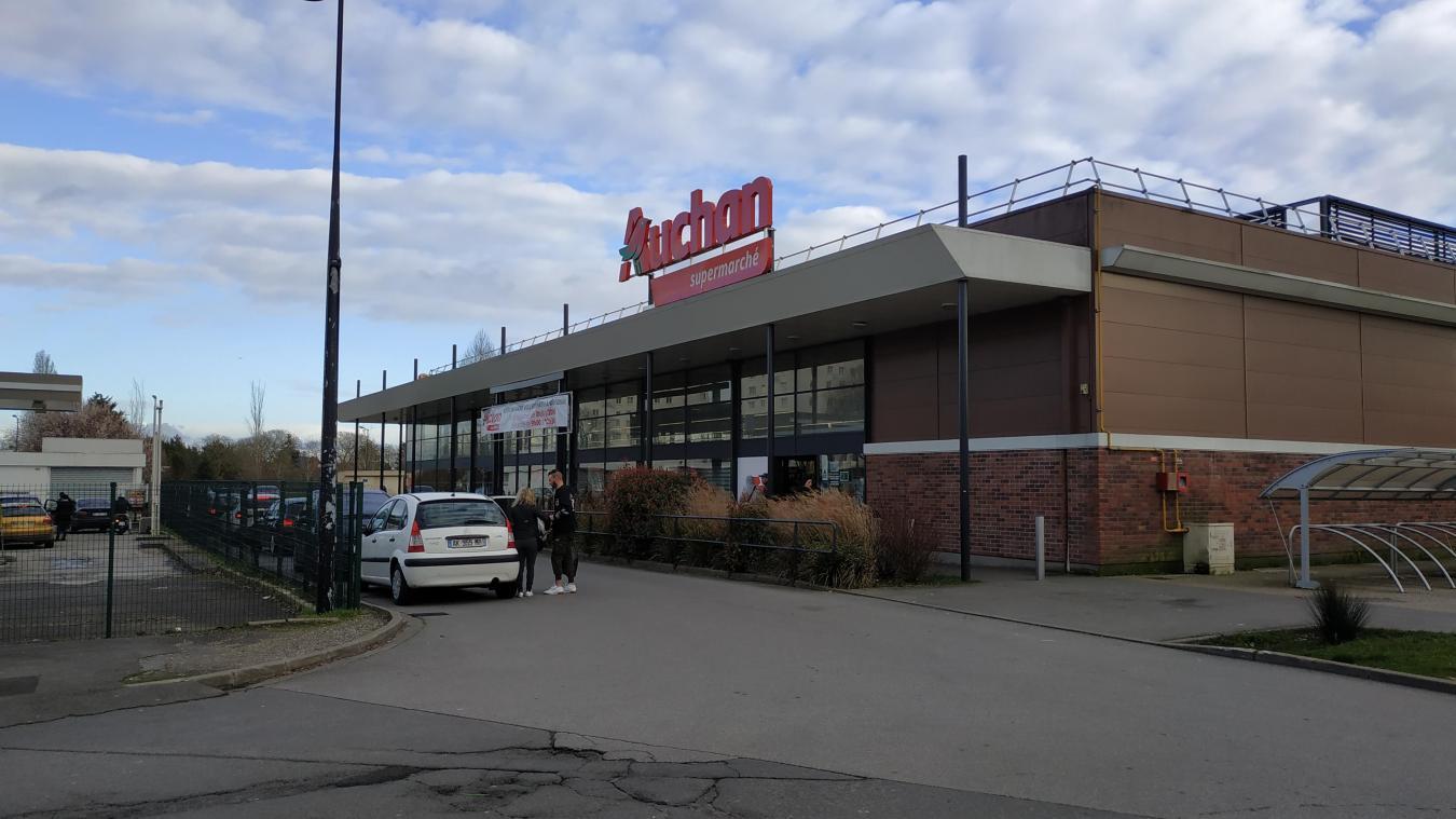 C'est le Auchan situé au cœur de la Grande résidence qui a été visé.