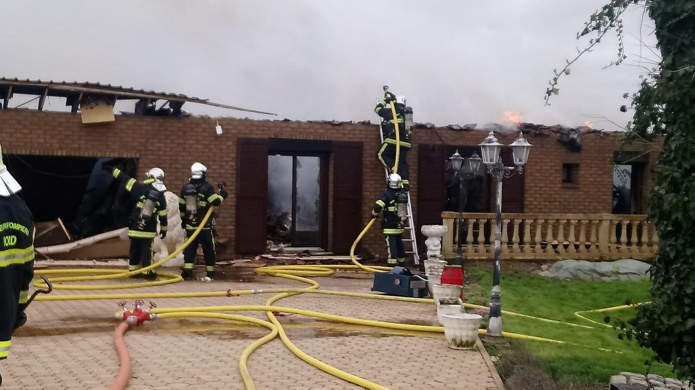 Le feu était si important que la toiture s'est écroulée en quelques minutes.