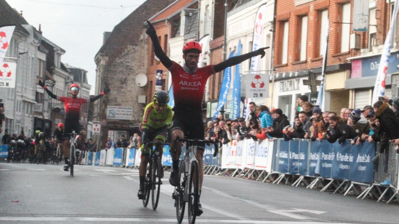 Florian Vachon lève les bras, en vainqueur véloce et bon tacticien. (Photos Votre Info)
