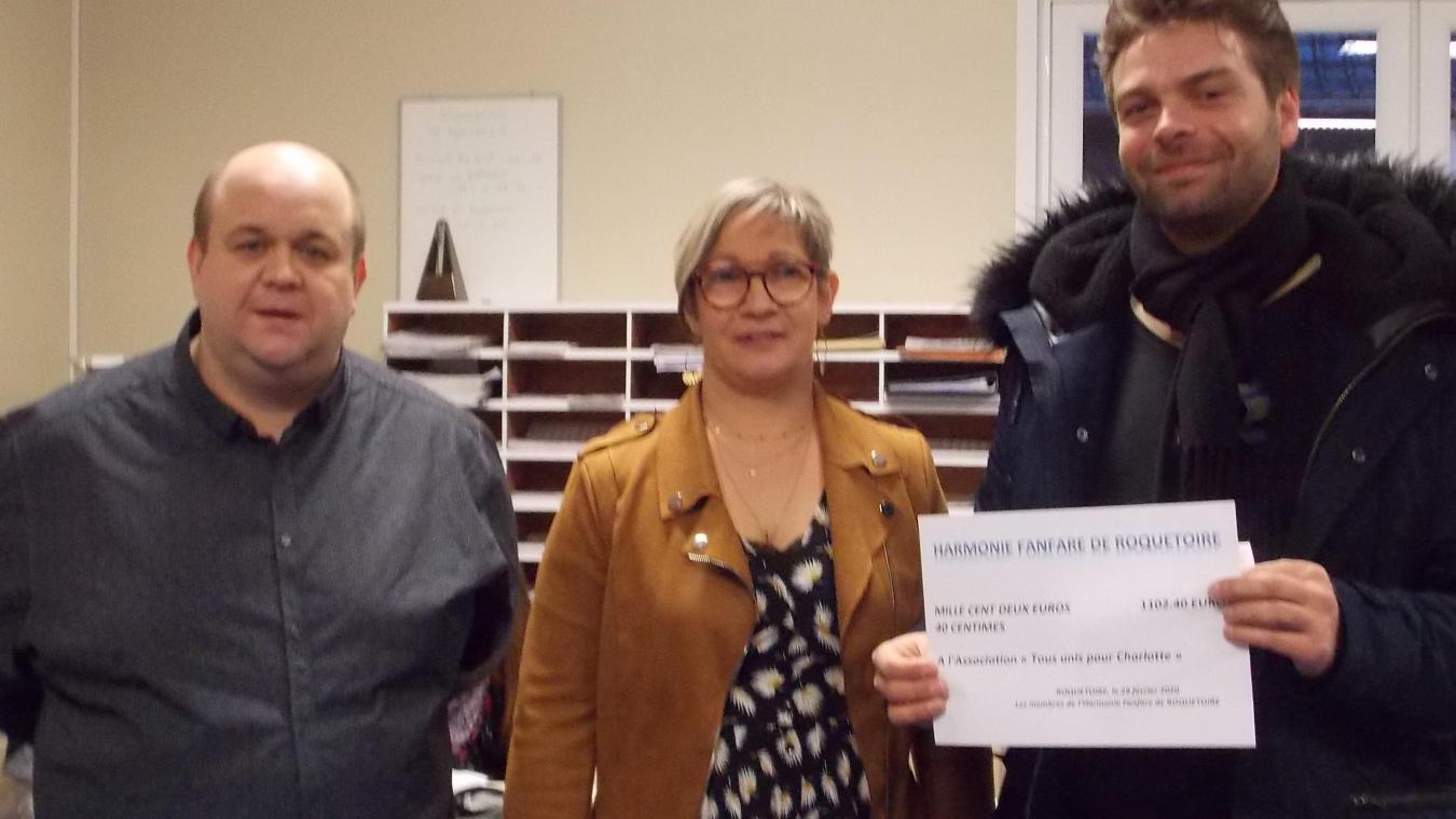 Pour la remise du chèque caritatif : Sébastien Hennequet, Christelle Lefebvre, directeur et présidente de l'harmonie de Roquetoire, et le représentant de l'association « Tous unis pour Charlotte ».