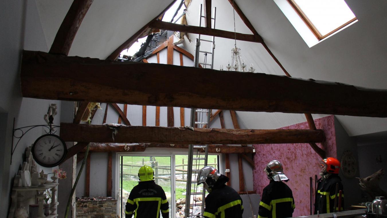 Malgré l'arrivée rapide des sapeurs-pompiers, la maison est détruite.