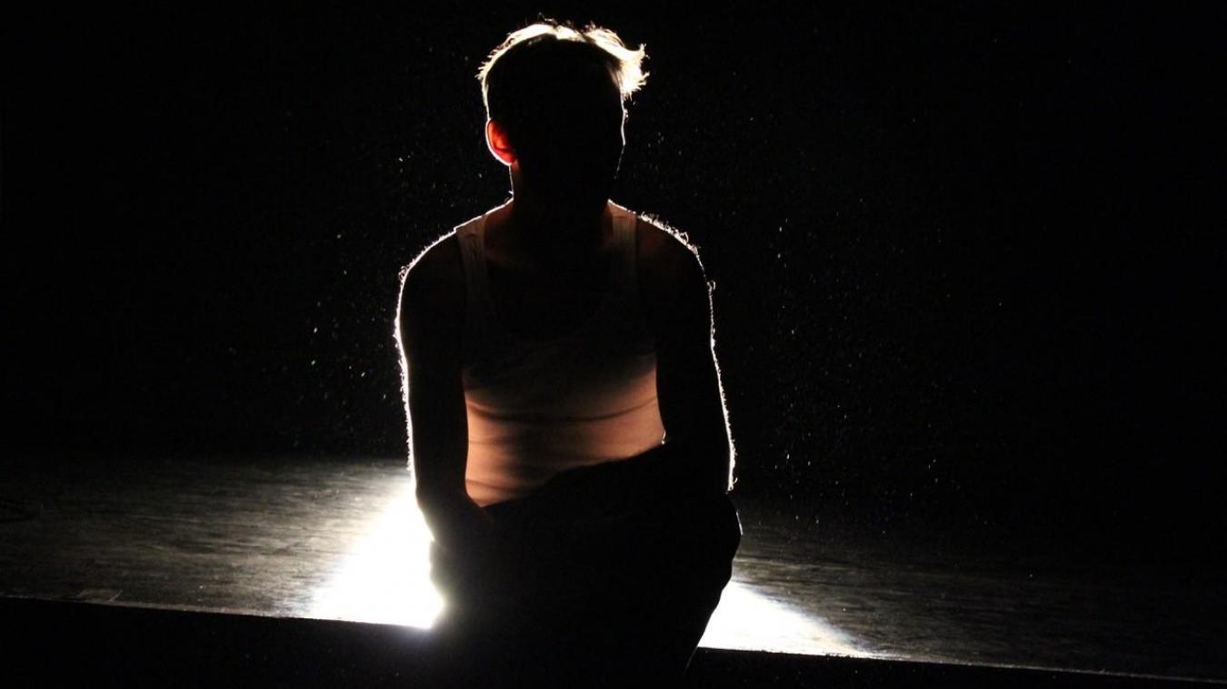 Pierre-Jean Peters est seul sur scène.