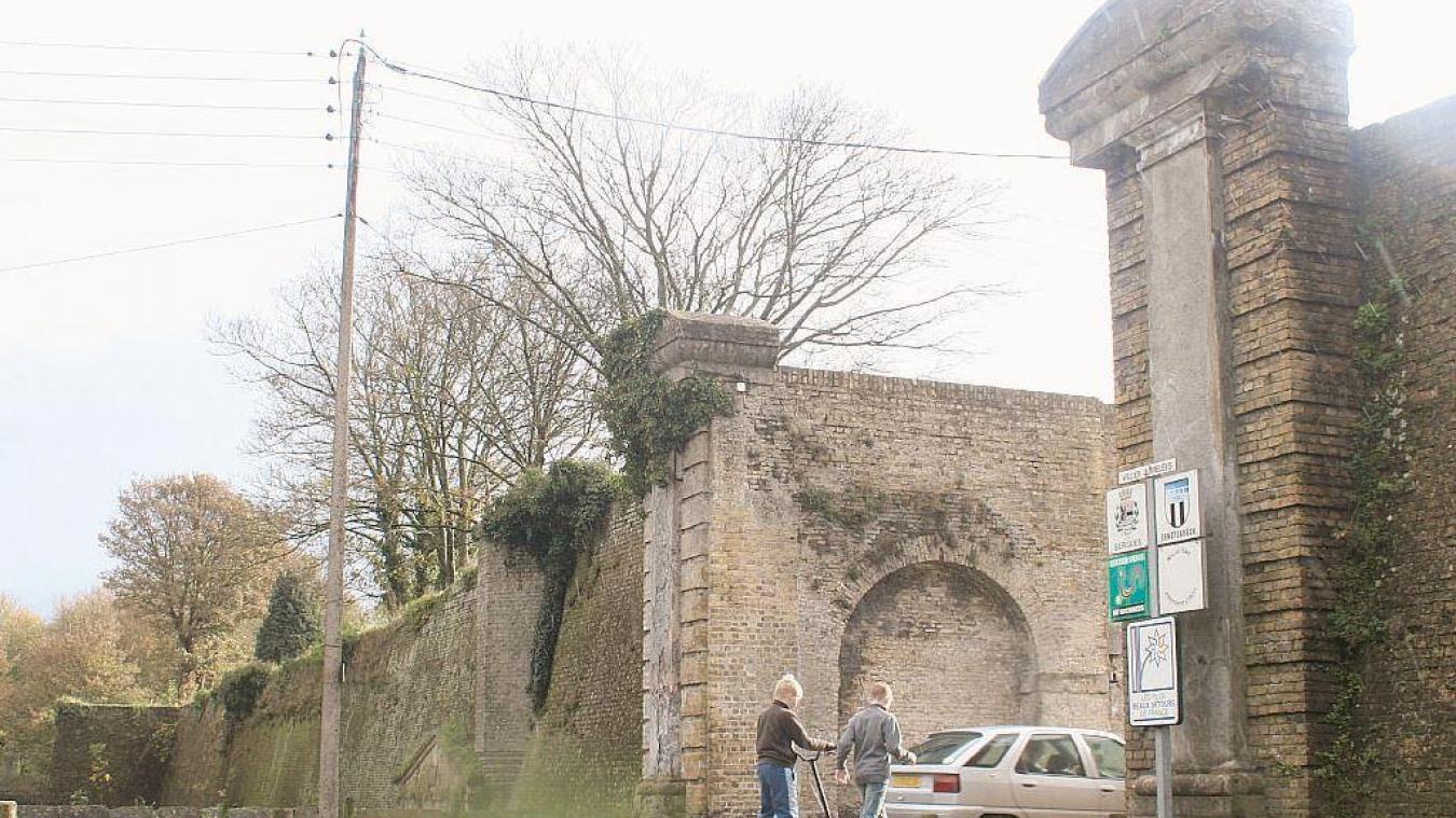 L'homme au couteau a été contrôlé sur les remparts de Bergues, à proximité de la porte d'Hondschoote. C'est là qu'un gendarme a dû faire usage de son arme.