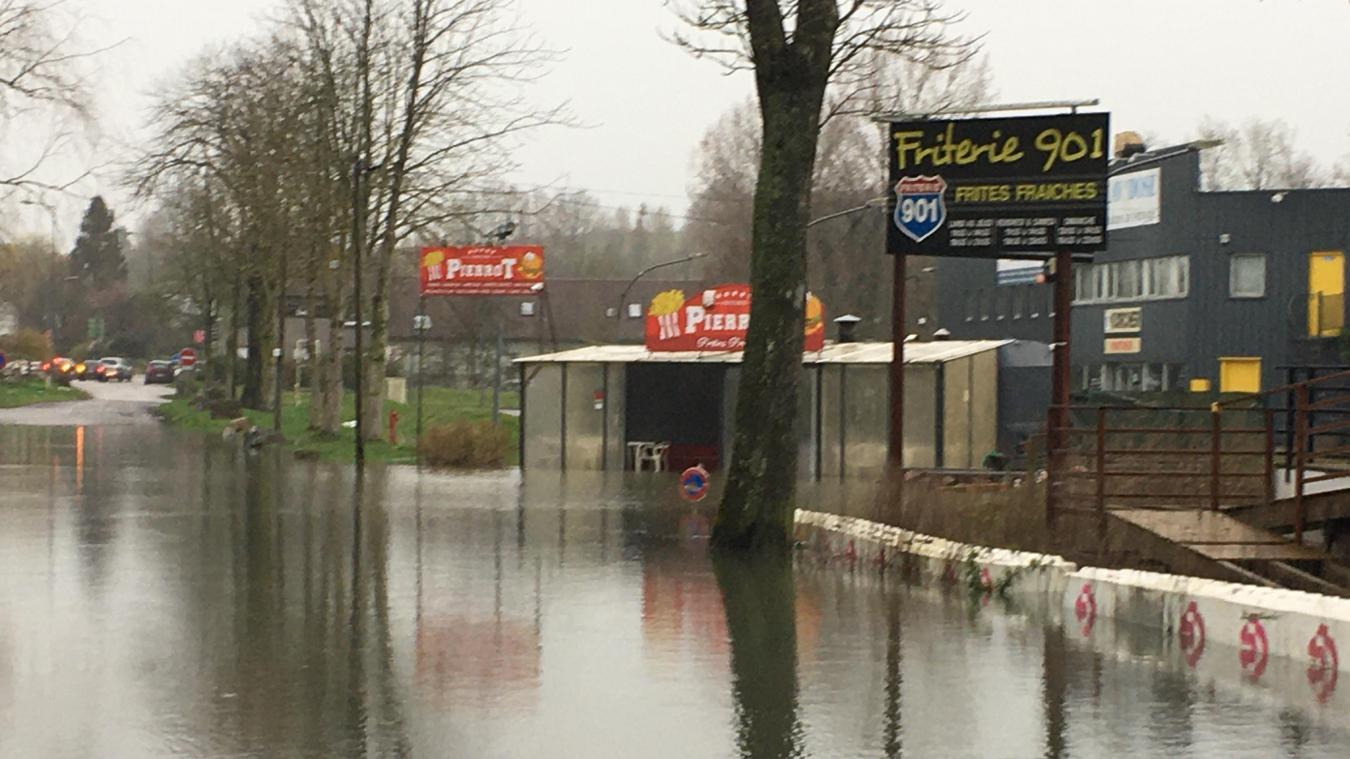 A Attin, le parking où sont installées des friteries, est sous les eaux depuis ce mercredi.