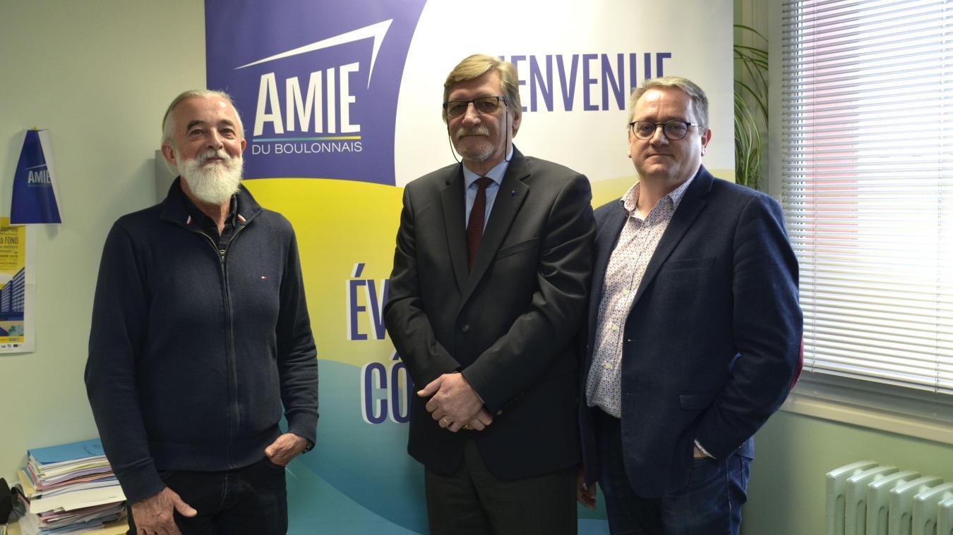 Jacques Blond, ancien directeur de la Mission locale, Jean-Charles Lefevre, président sortant de l'AMIE et Olivier Caboche, nommé directeur de la structure.