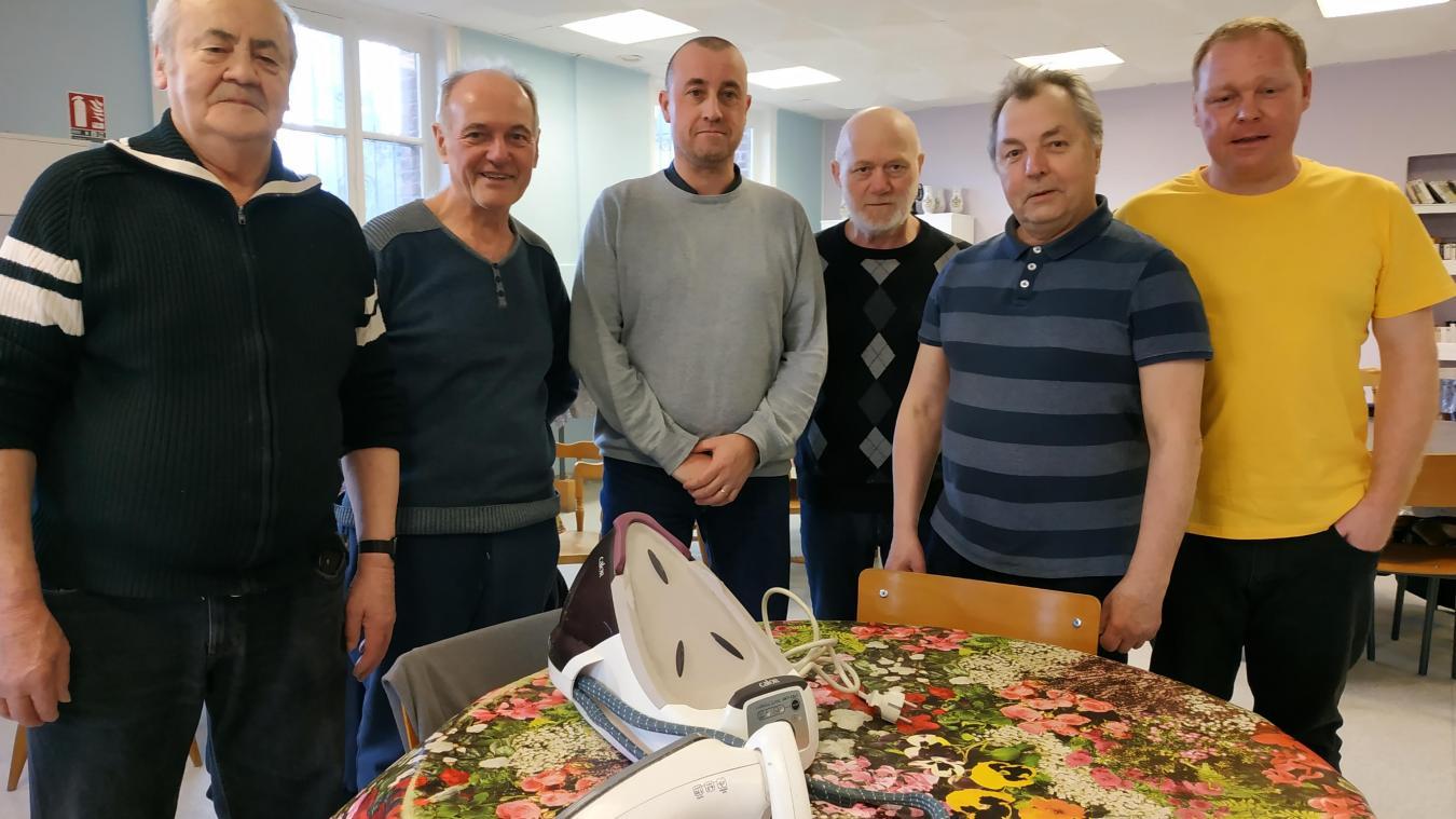 Alain, Claude, Tony, Jacques, Raymond et Alexandre aident avec brio pour la réparation des objets.