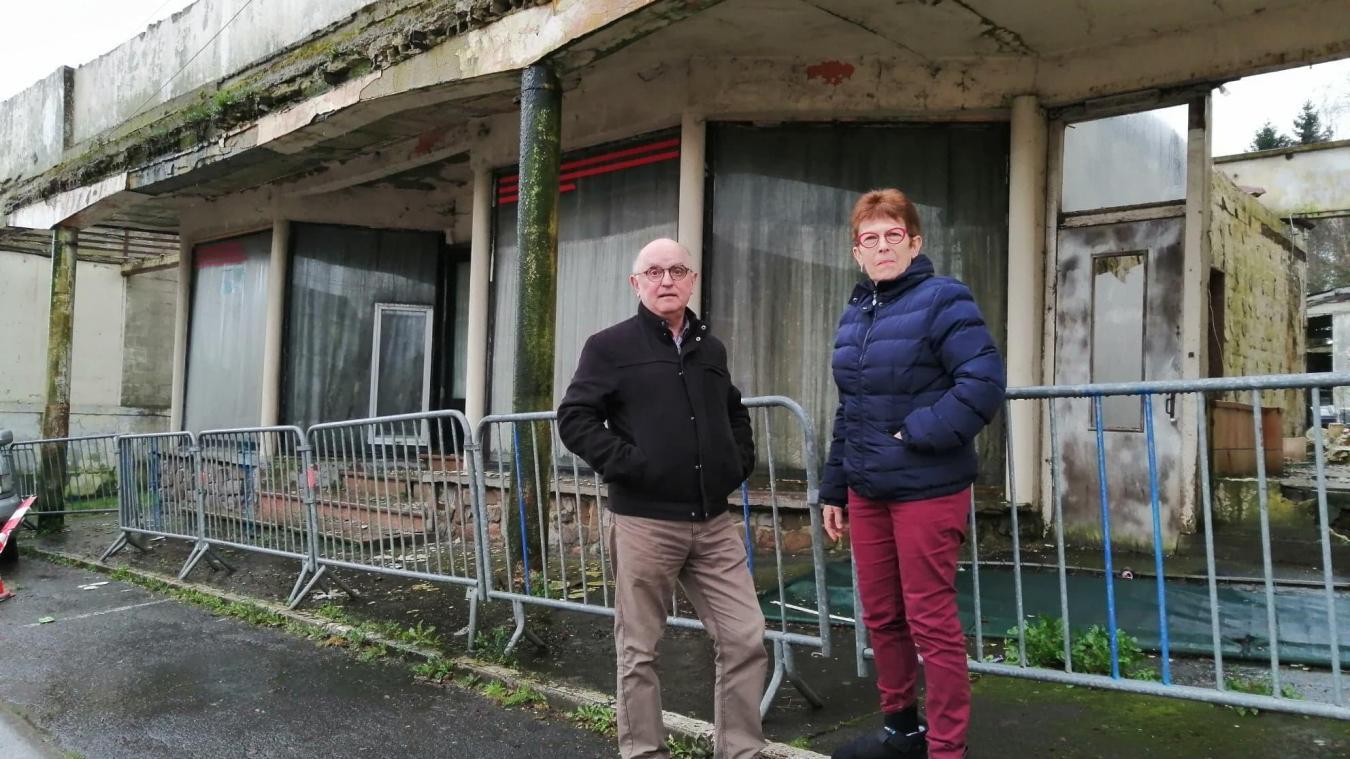 Casimir et Martine Gajek habitent à côté de la maison en ruines, un ancien café.