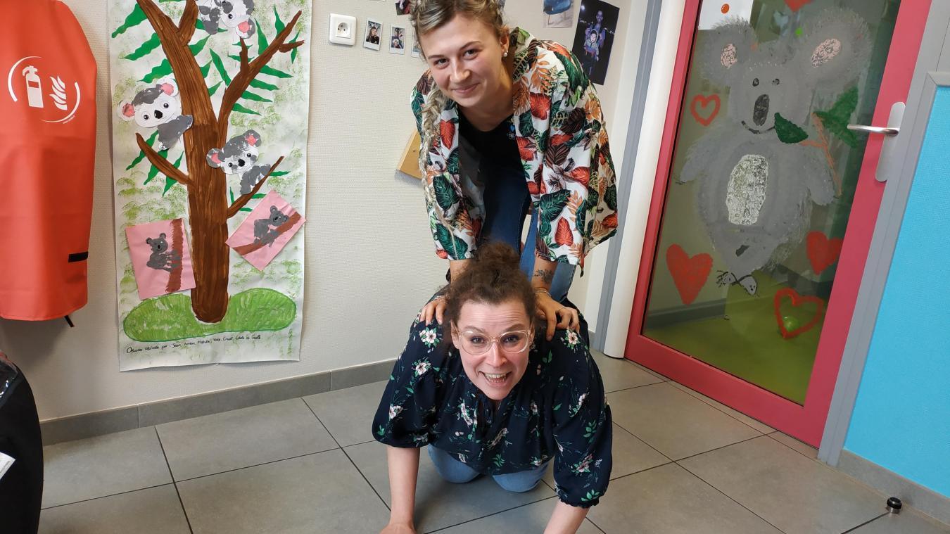 Gaëlle Vaugeois (en bas) et Estelle Duhain reproduisent un des portés koala.