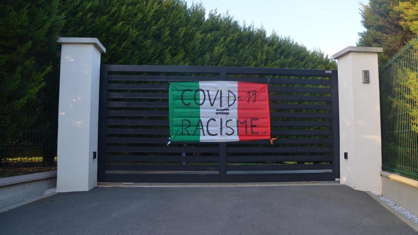 Se sentant exclue et discriminée, Marinela a accroché ce drapeau customisé à son portail.