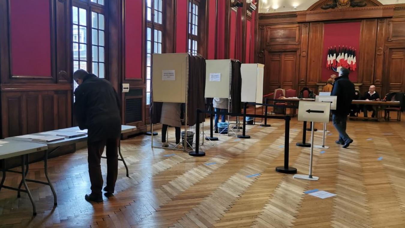 Assurément moins de monde qu'en 2014, mais beaucoup de Boulonnais font leur devoir de citoyen malgré tout.
