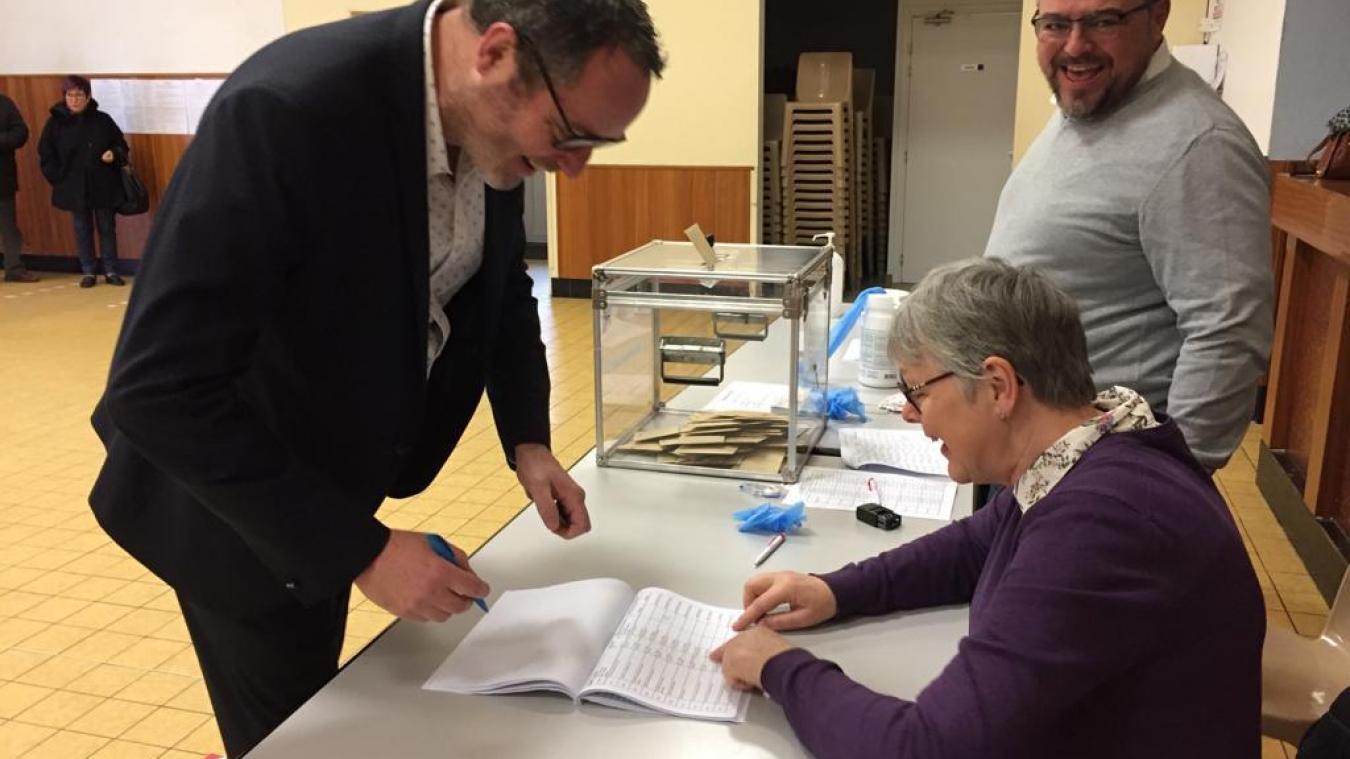 Raphaël Coste, soutenu par le maire sortant, est en avance d'une voix.