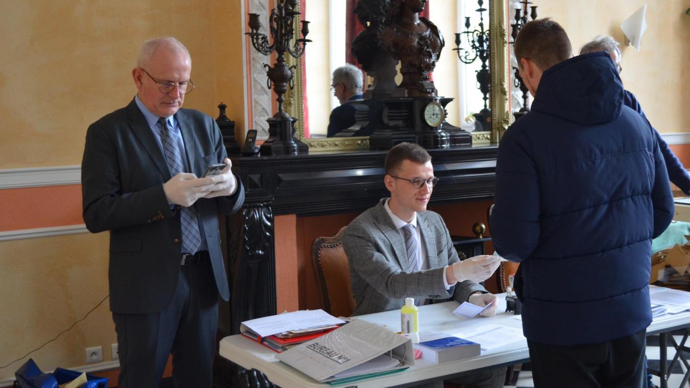 Éric Gens (à gauche) a recueilli 42,55 % des voix, devant le maire sortant Francis Bassemon (40,77 %).