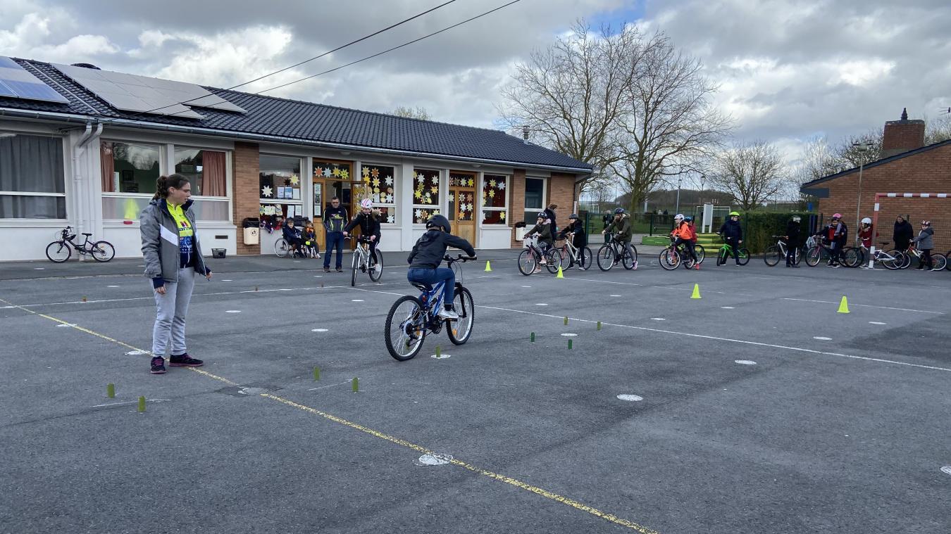 La vingtaine d'écoliers, munis de leurs casques et vélo, ont appris à maîtriser leur équilibre sur certains obstacles.