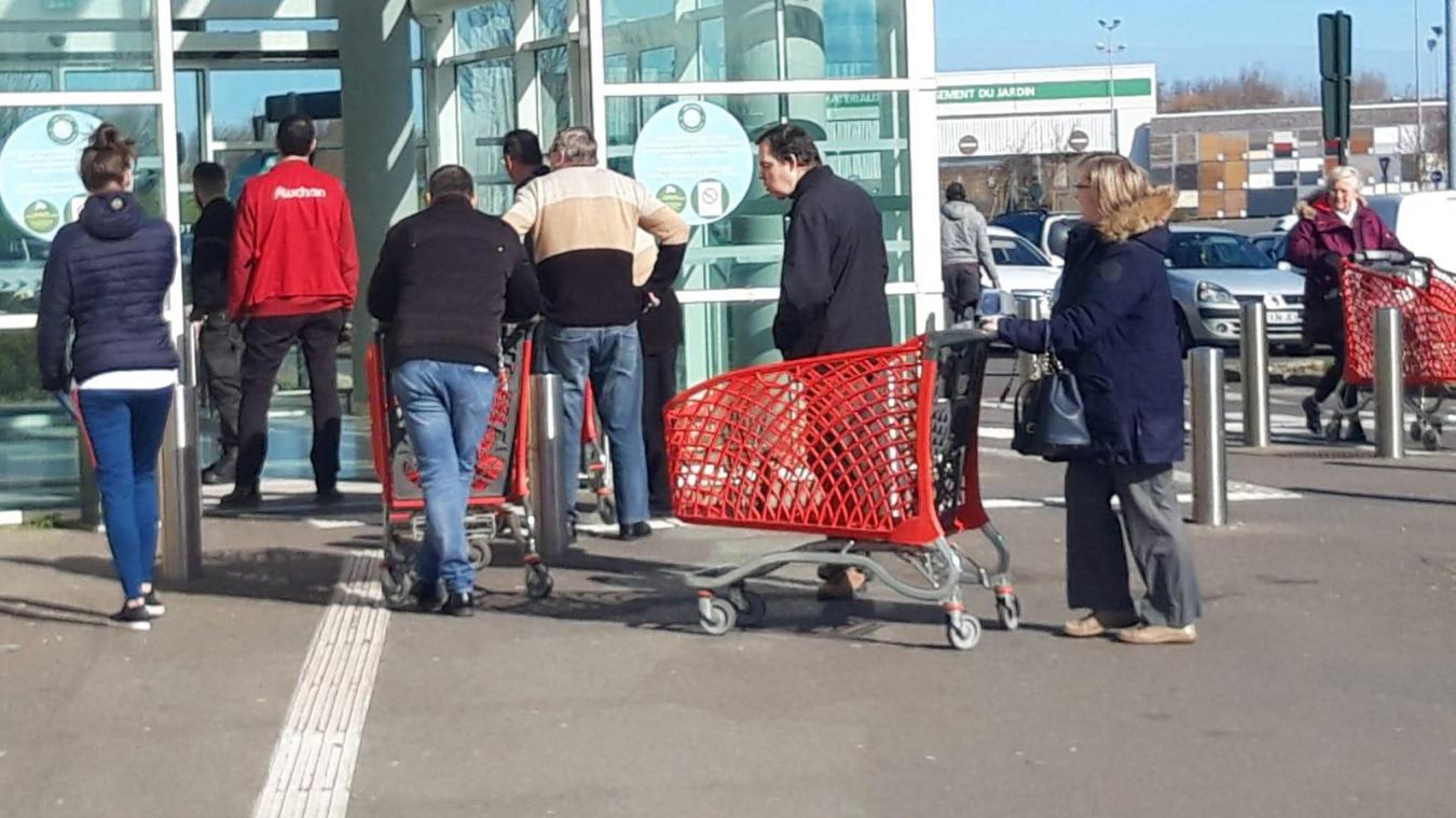 Coronavirus: les entrées sont filtrées à Auchan Calais