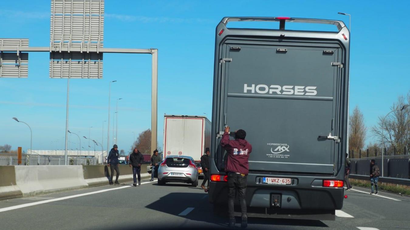 Des dizaines de migrants tentent de bloquer la circulation à Calais