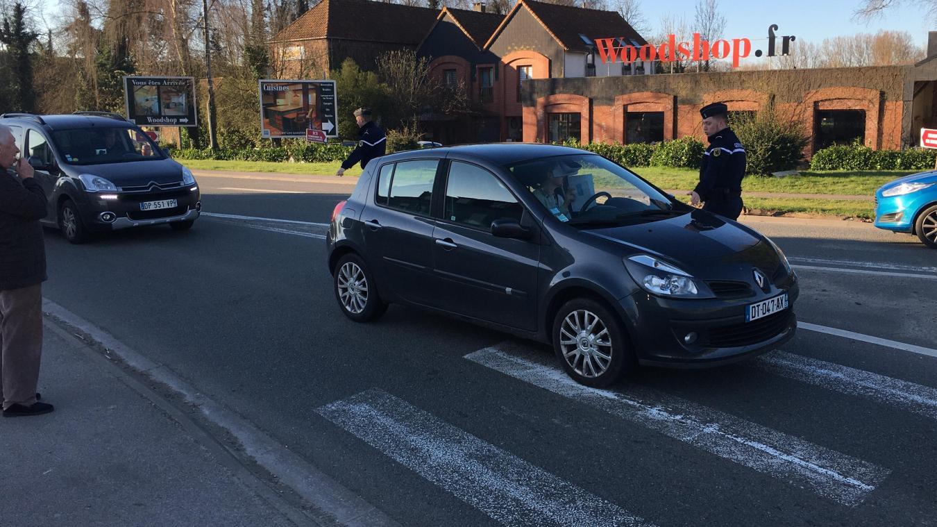 Les gendarmes contrôlaient les automobilistes, ce mercredi matin , au rond point de la sucrerie d'Attin.
