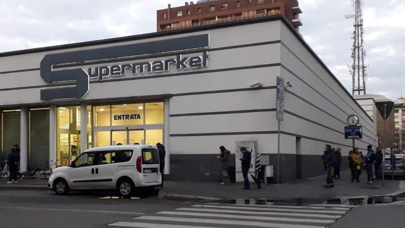 Les accès des supermarchés sont limités. Des files d'attentes, avec espacement de sécurité, se forment.