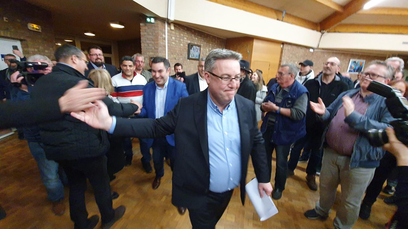 Dimanche soir, les soutiens de Martial Beyaert sont venus savourer la victoire de leur candidat et lui ont réservé une haie d'honneur.