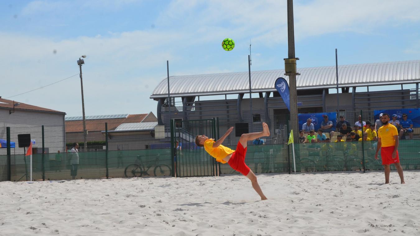 Lucas Magniez pratique le foot sur trois surfaces : gazon, parquet et sable.