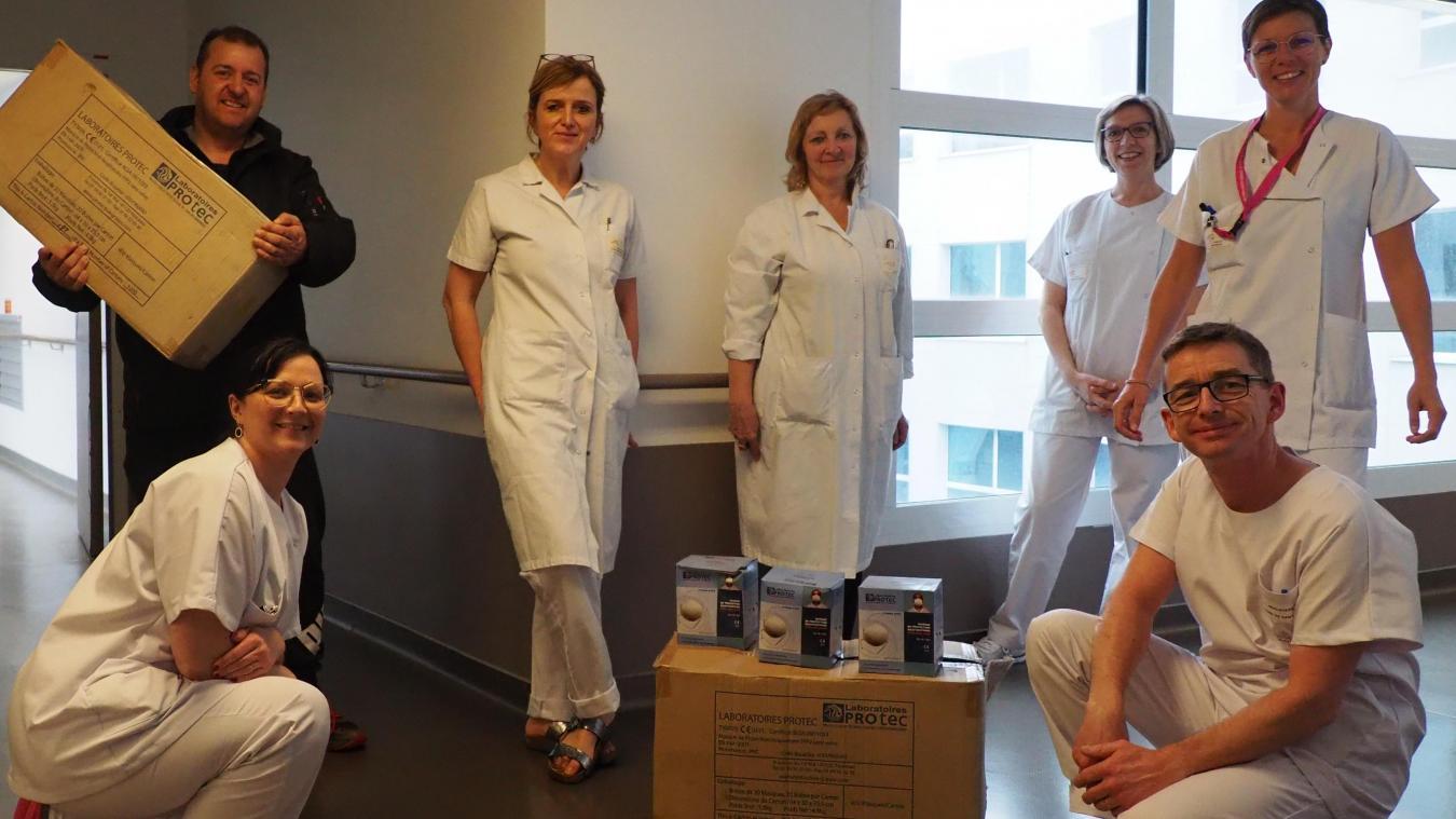 Vendredi 20 mars, Olivier Folcke (à gauche, le carton à la main) a fait don de 1 240 masques à l'hôpital de Calais.
