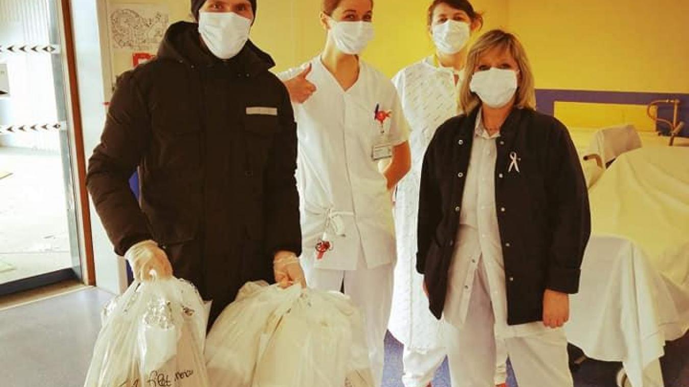 Jonathan Hu, de la Friterie Wingloise, est venu à l'hôpital de Béthune-Beuvry les mains chargées de provisions.