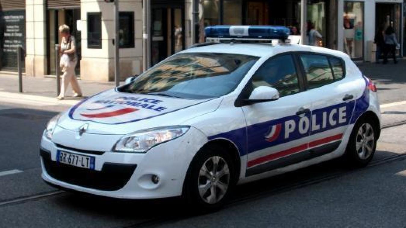 Les policiers avaient fait l'objet de menaces et un parpaing avait été jeté dans la vitre arrière (illustration).