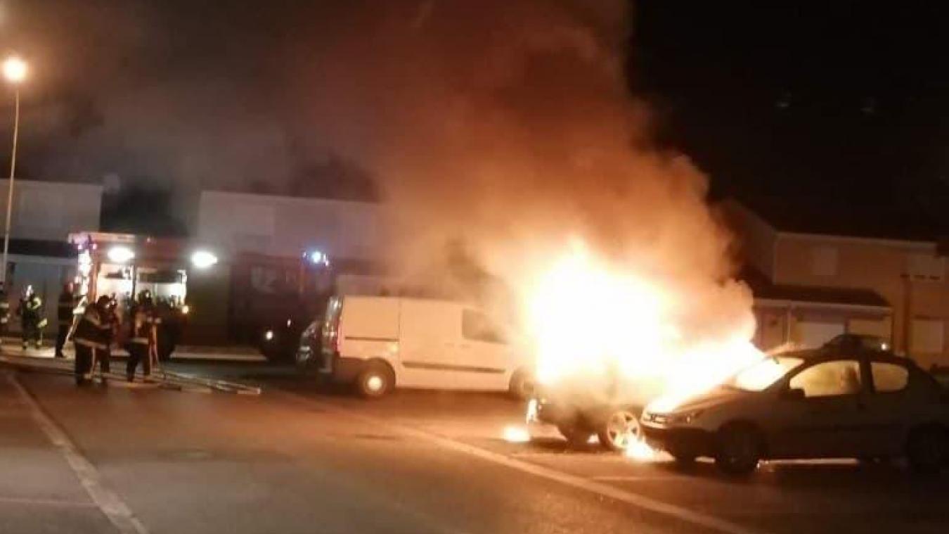 L'incendie a été particulièrement violent et a complètement détruit le véhicule.