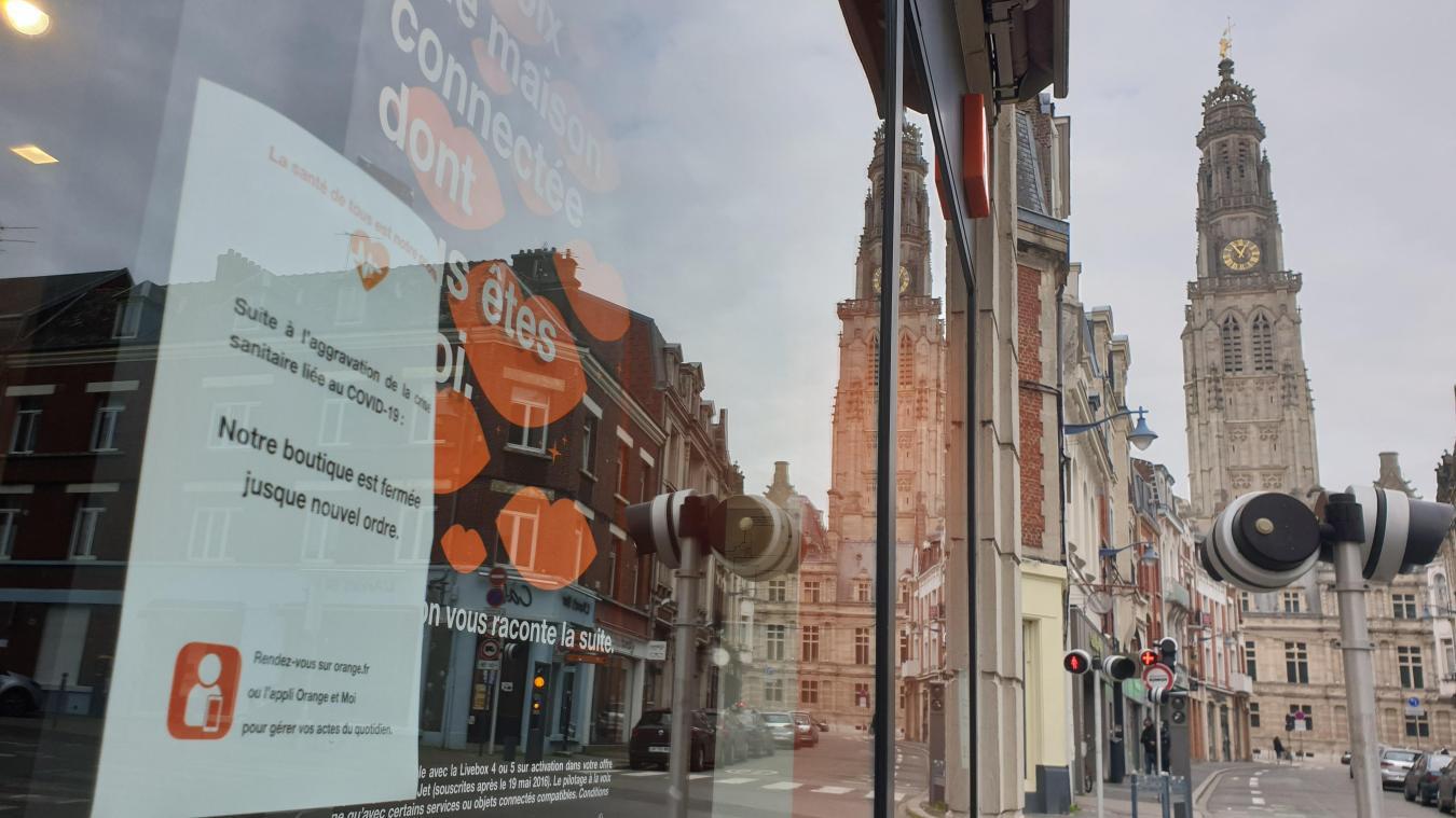 Rue Delensorme, plusieurs boutiques affichent ce genre de message. La supérette Carrefour Market ne désemplissait pas ce lundi midi.
