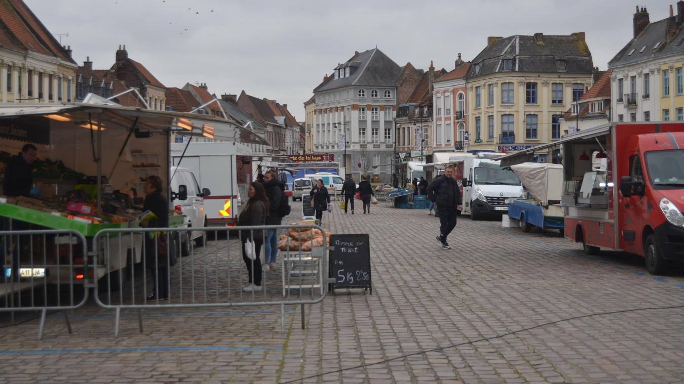 Des allées larges, uniquement des produits alimentaires, des distances respectées entre acheteurs, des mesures d'hygiène plus strictes encore que d'habitude côté vendeurs... rien à redire, sous l'œil des gendarmes et de la police municipale. C'était vendredi à Aire-sur-la-Lys.