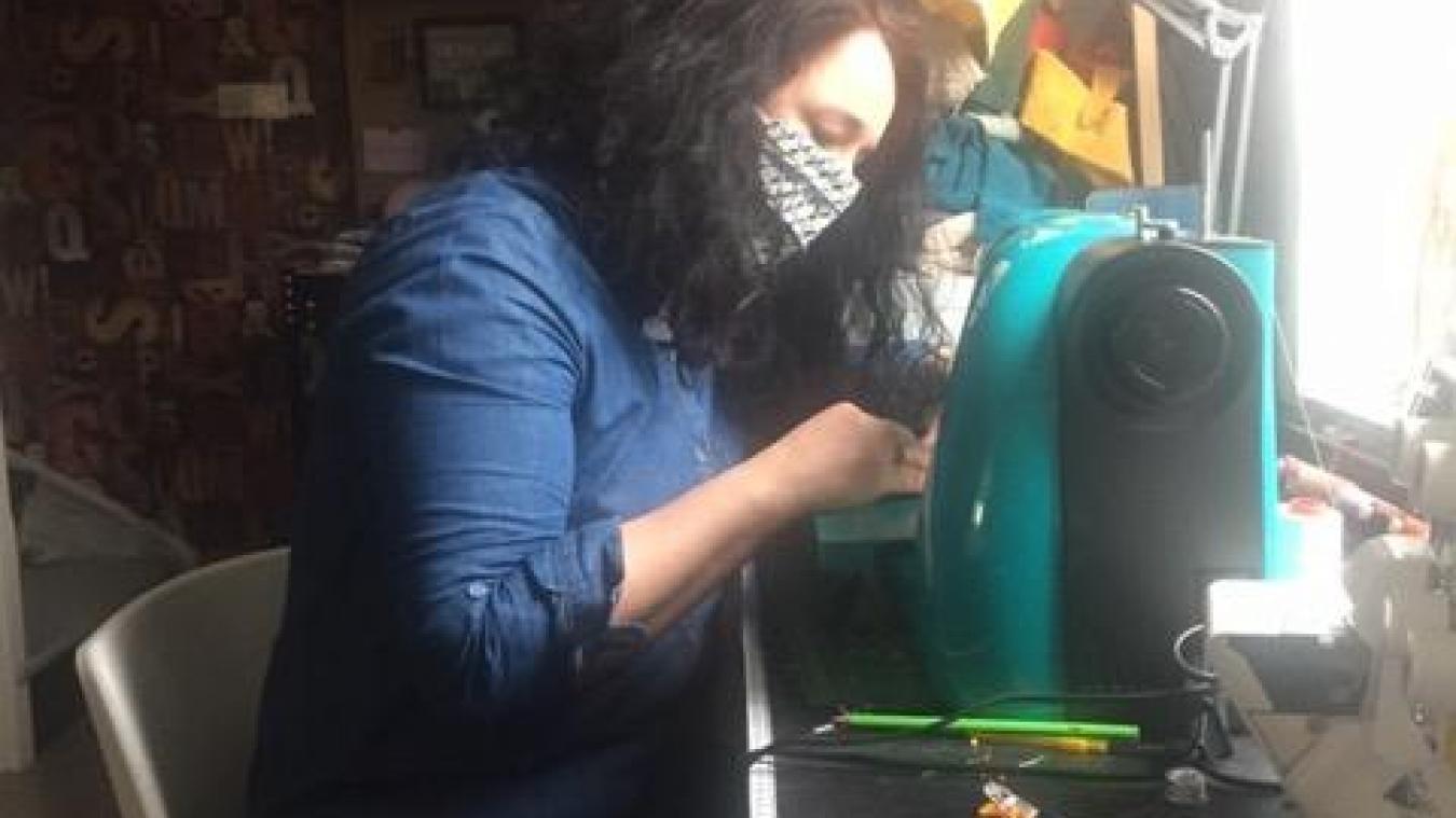 Près d'Arras, Aurélie confectionne des masques pour les soignants