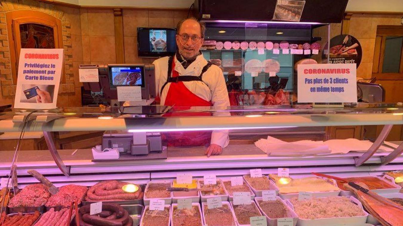 Bernard Delrue passe son temps à nettoyer et a rapidement limité le nombre de personnes dans sa boucherie.