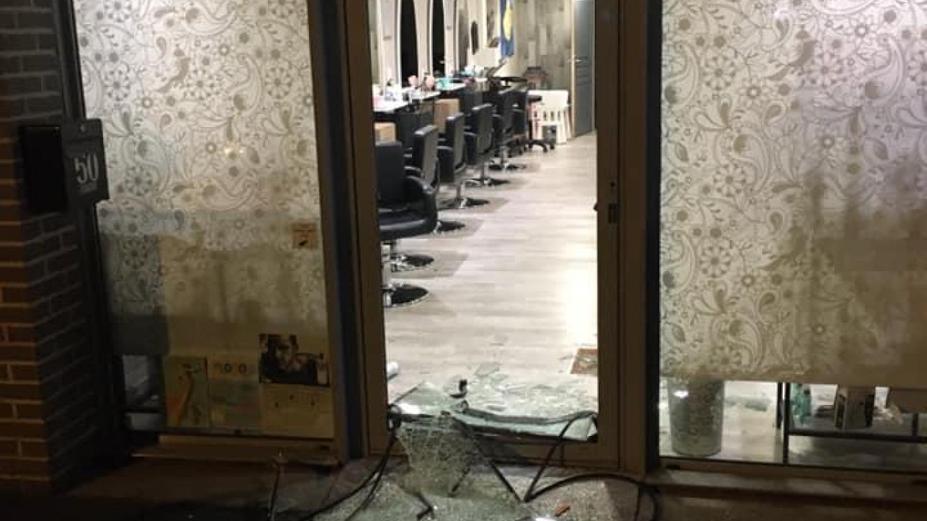 Le cambrioleur a utilisé une plaque d'égout pour briser la vitre et pénétrer dans le salon.