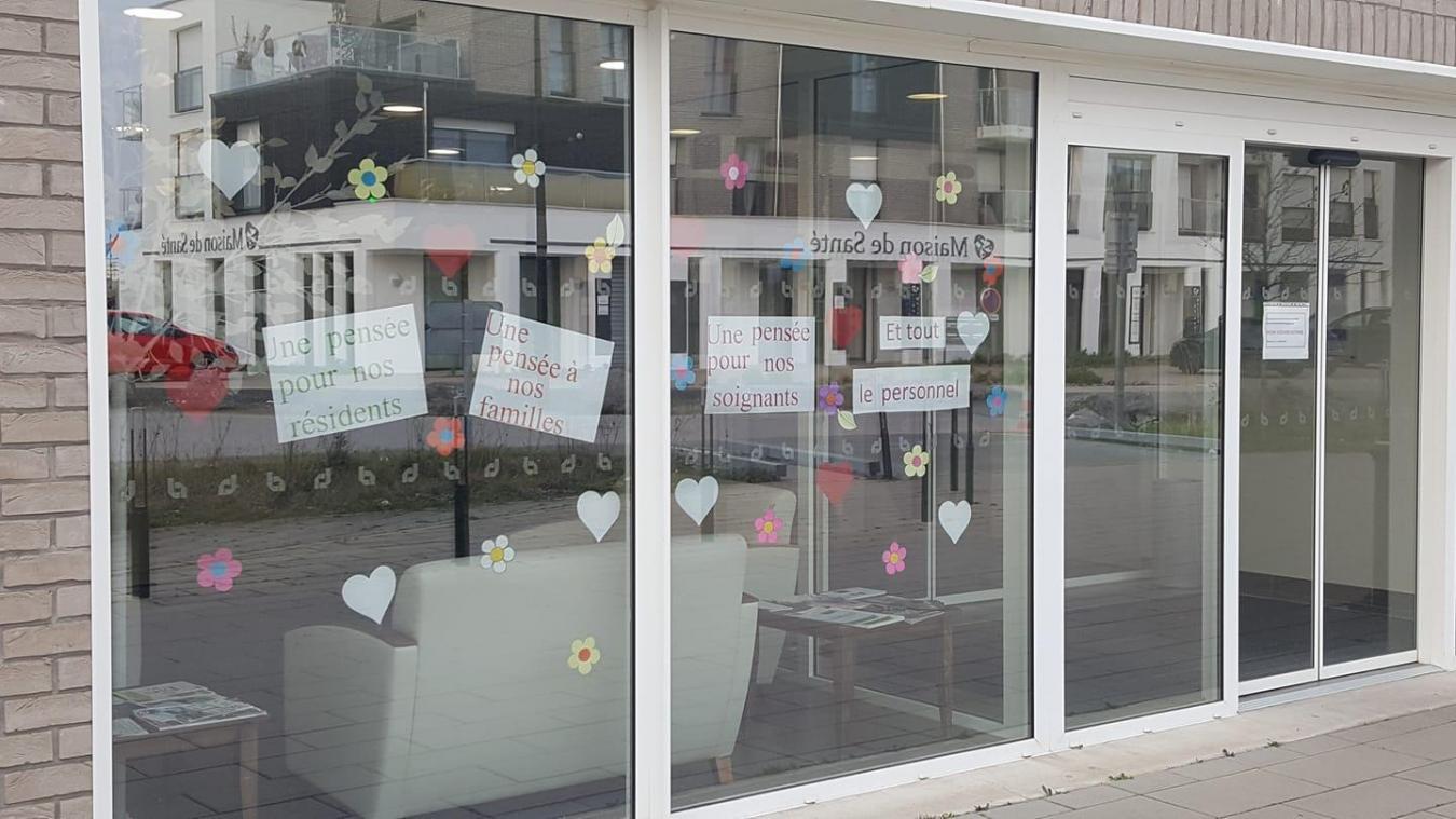 Des messages pour les familles ont été accrochés sur les vitres de l'établissement.