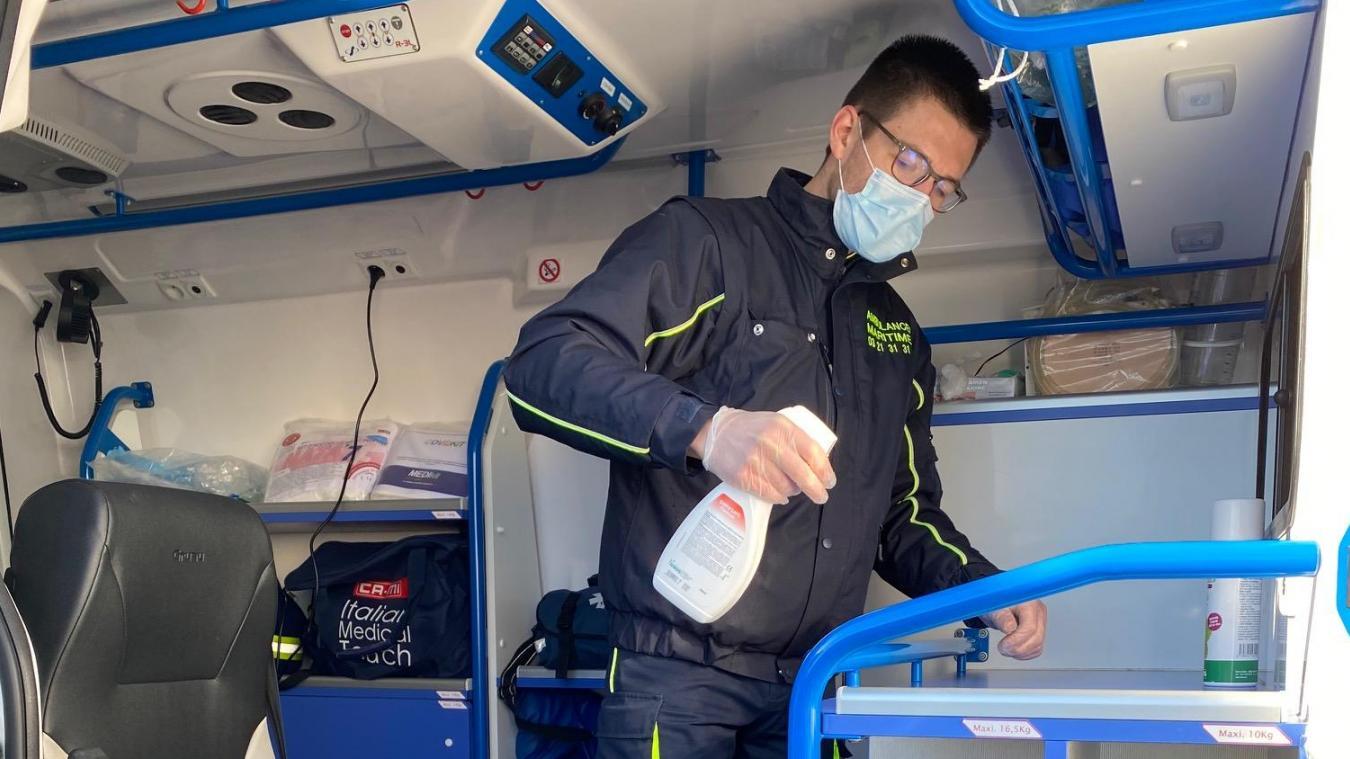 Les ambulanciers sont au contact direct des malades, devant parfois effectuer des transports de cas avérés. Ils doivent aussi assurer la désinfection pour pouvoir transporter les autres patients.