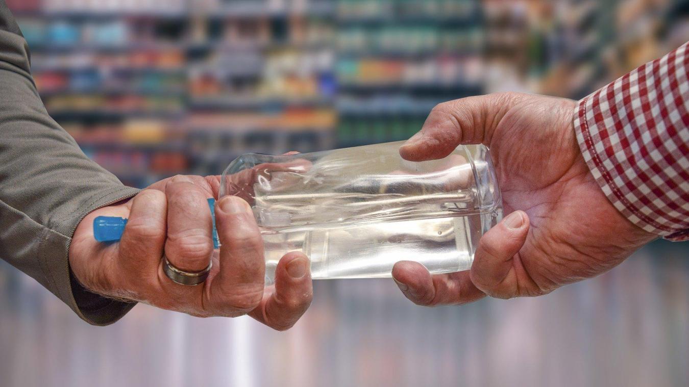 Les pharmaciens vont confectionner des flacons de maximum 50 ml. Illustration